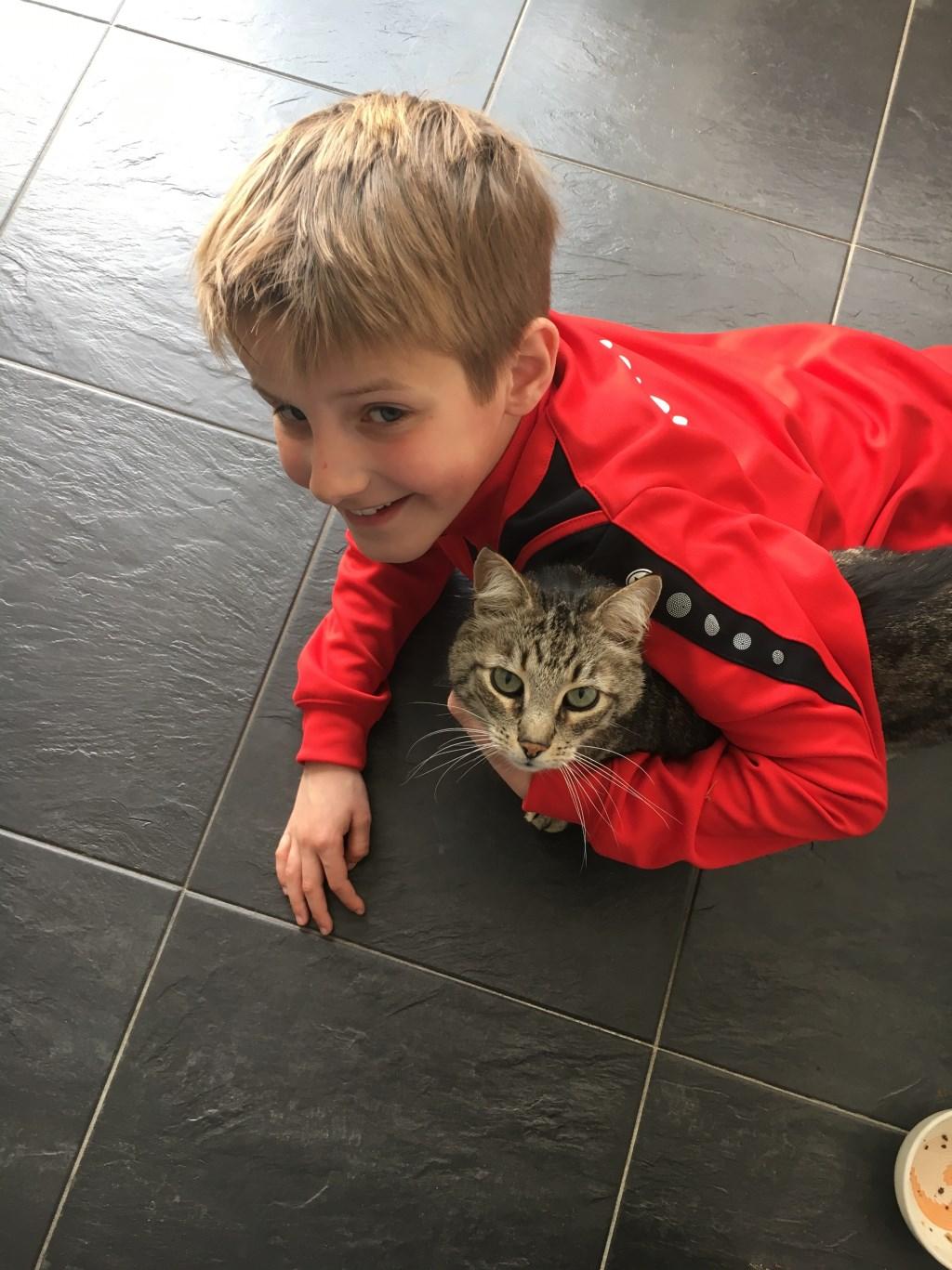 Dit is onze kat Poek met mij, Pepijn. Hij kwam aangewandeld bij ons in Amsterdam en verhuisde de afgelopen jaren via Den Haag en Wassenaar met ons mee terug naar Aarle-Rixtel. Ik hoop dat hij nog lang leeft (Pepijn Kuijpers)  © deMooiLaarbeekkrant