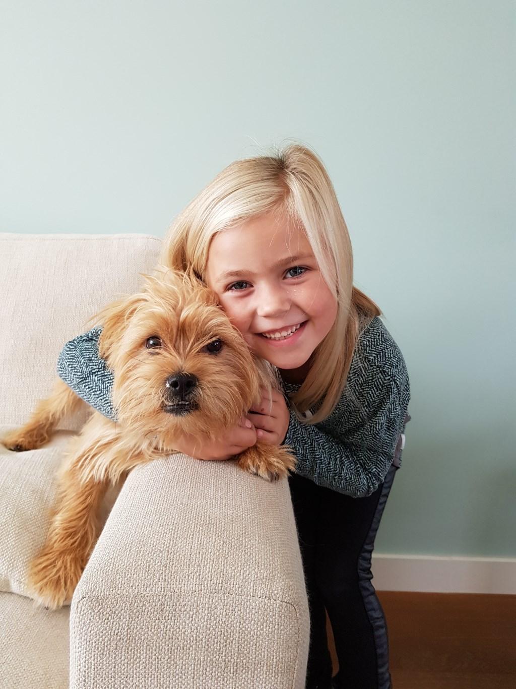Demi Wilms met haar hondje Mex (Ilse Wilms-Brouwers)  © deMooiLaarbeekkrant