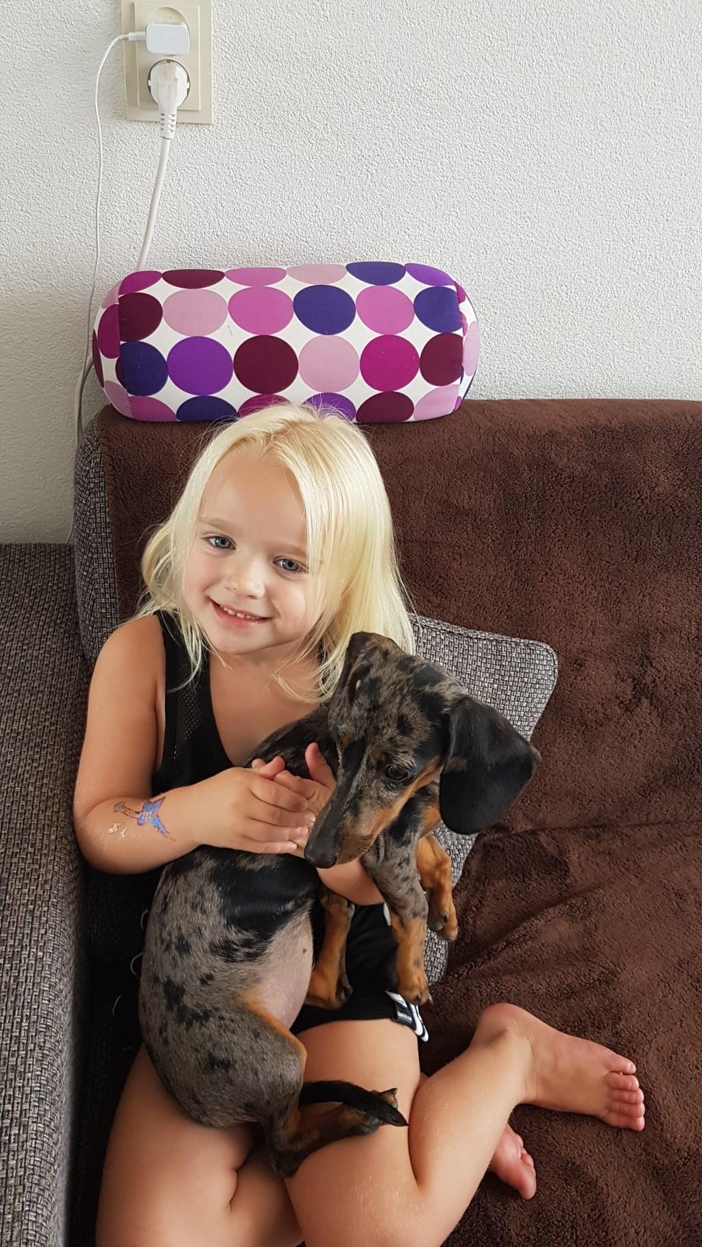 Onze kleindochter Kayla met onze lieve pup flits onze grootegast trots (Jos en Hermi Lammers)  © deMooiLaarbeekkrant