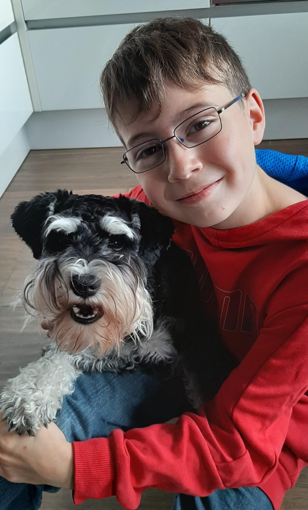 Max van Pelt (10) met onze 1-jarige dwergschnauzer Joy. Friends for life (Sandra van Pelt)  © deMooiLaarbeekkrant