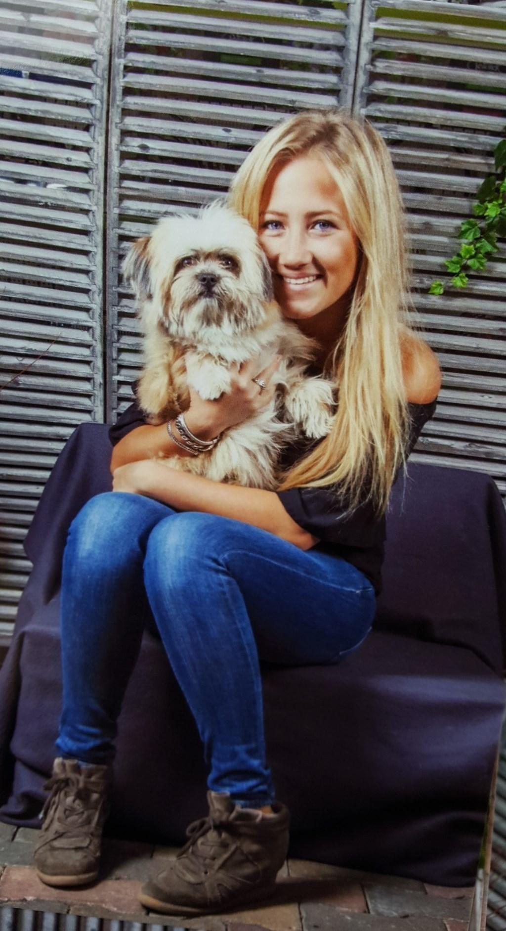 """Chello met Naomi. """"Mijn hondenkindje, waar ik heel veel van houd"""" (Naomi Martens)  © deMooiLaarbeekkrant"""