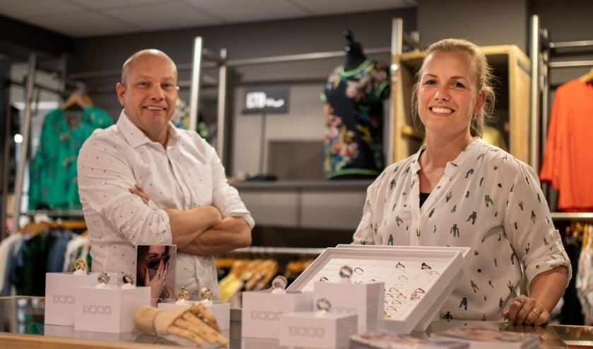 Marco van der Vleuten en medewerkster Mandy Verhagen in de winkel van Yours Fashion   | Fotonummer: 2b22ed