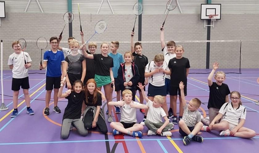 (Een deel van) de jeugd bij elkaar tijdens het vrienden(innen)toernooi van Badminton Club Lieshout   | Fotonummer: 30c829