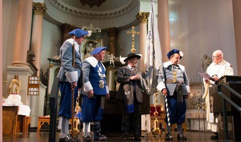 Vlnr: Commandant Henk van der Velden, Koning Mari Kerkhof, Gildepastor Ton Schepens, Vaandrig Rik van de Ven en voorganger Arie Wester   | Fotonummer: 68ea74