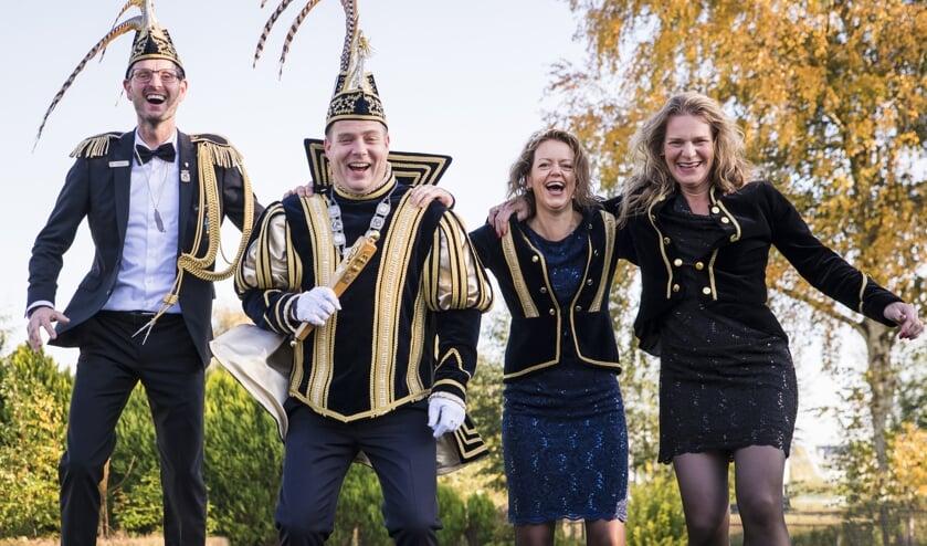 Vlnr: Adjudant Ton, Prins Erik, Prinses Ilse en Hofdame Ilse    | Fotonummer: 4482e6