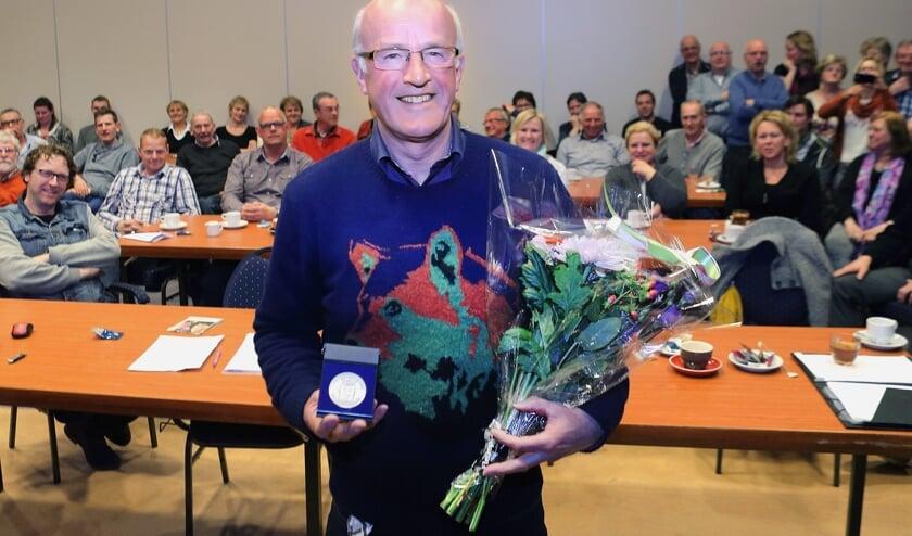 In 2015 kreeg Ad van de Vossenberg een vrijwilligerspenning uitgereikt van de gemeente Laarbeek   | Fotonummer: a6a685