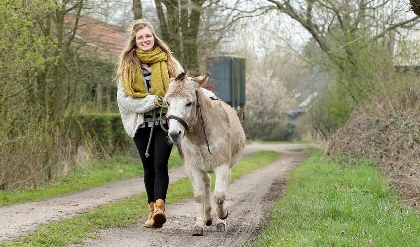 Carmen Coolen met haar ezel 'Prairie'     Fotonummer: d49f51