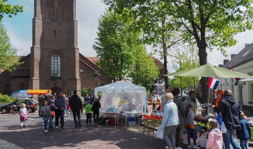 Een deel van de vrijmarkt, richting de Kerkstraat in Beek en Donk   | Fotonummer: 917485