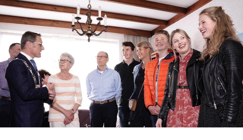 Ida van Osch-de Wit naast burgemeester Van der Meijden, in het bijzijn van haar familie Foto: Joost Duppen © deMooiLaarbeekkrant