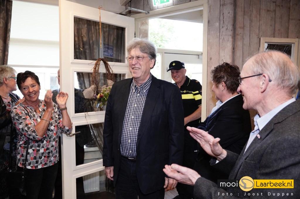 Cees Dekker wordt verrast door aanwezigen Foto: Joost Duppen © deMooiLaarbeekkrant