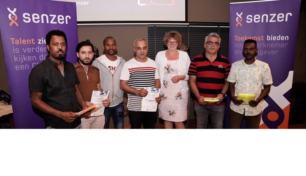 Wethouder Greet Buter overhandigde de certificaten aan de Laarbeekse statushouders Foto: Joost Duppen © deMooiLaarbeekkrant