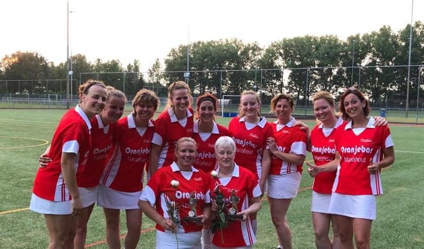 In het midden Sandra v.d. Wijdeven en Anja v.d. Vegt. Eromheen de speelsters van het midweek team   | Fotonummer: 574e89