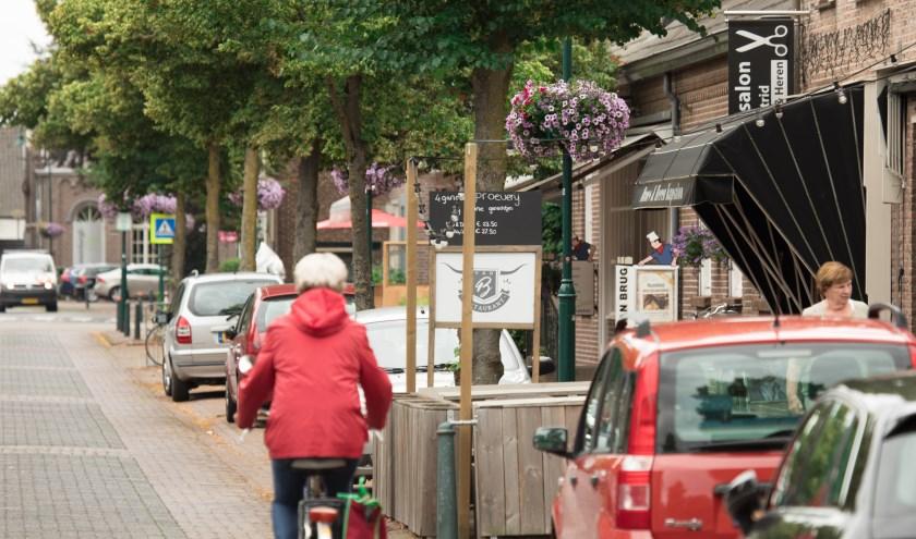 De Dorpsstraat in Aarle-Rixtel, waar veel winkels zijn gevestigd   | Fotonummer: 6d8f2b