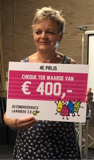 Secretaris Ria Donkers toont de gewonnen cheque    Fotonummer: 31a183