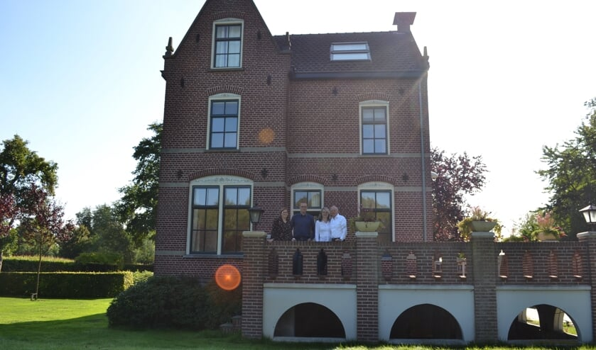 Vlnr. Marloes van der Loo en Tom van den Heuvel (Aarle Onderneemt) en eigenaar van het spookhuis Steven Blom en zijn partner Ingrid van Heck    | Fotonummer: 7a70e2