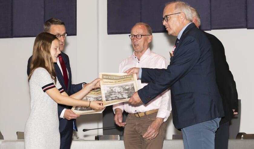 De drie heemkundekringen overhandigen het eerste exemplaar aan burgemeester Frank van de Meijden en jeugdburgemeester Elise van Lieshout    | Fotonummer: 8fcbff