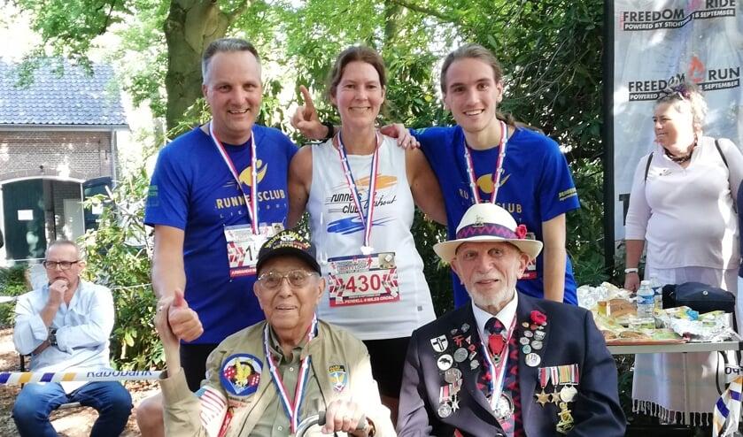 Vlnr: Twan Sterken, Mireille de Ridder en Bryan Sterken. Zittend, vlnr: Armando Marquez (95 jaar) en Joe Cattini (96 jaar)     Fotonummer: 9d8ace