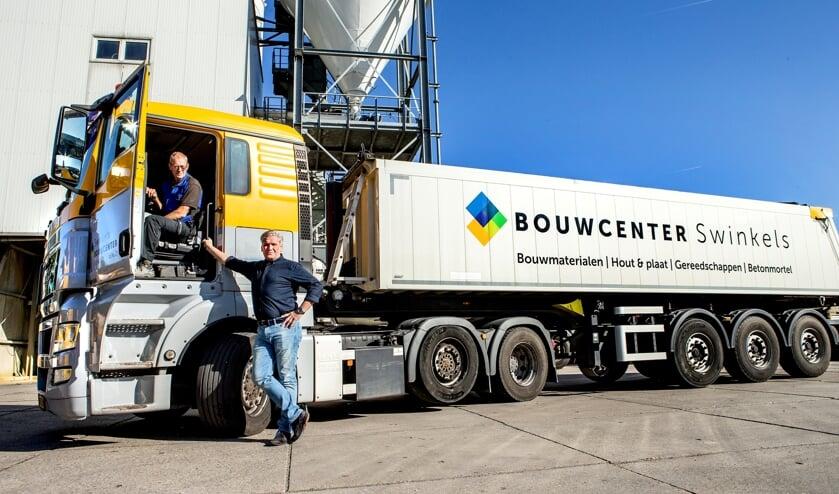 Henk Verkuilen (l) is 50 jaar in dienst bij BouwCenter Swinkels. Rechts directeur Tom Swinkels   | Fotonummer: 768a3c