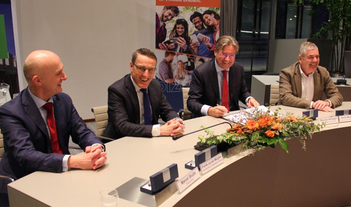 Ondertekening van de intentieverklaring, vlnr: Marcel Stuijts (directeur Bizob), Frank van der Meijden (voorzitter Bizob), Maxime Verhagen (voorzitter Bouwend Nederland) en René Meyboom (regiomanager zuid Bouwend Nederland)