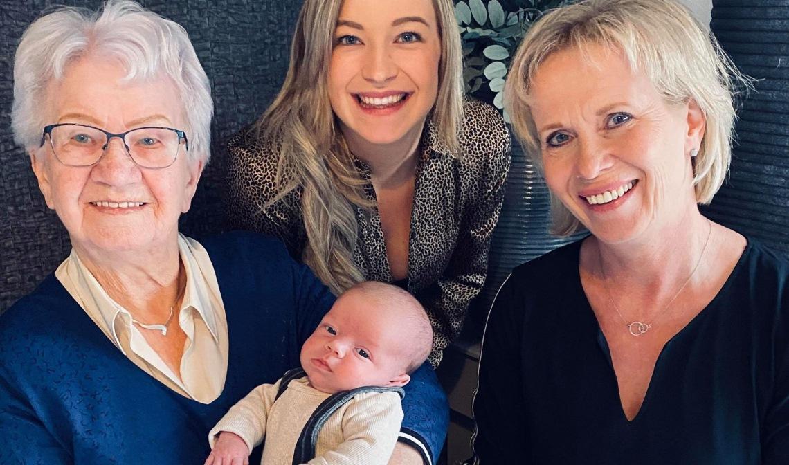 Vlnr: Oma Annie met Lovi, Aniek en Elly