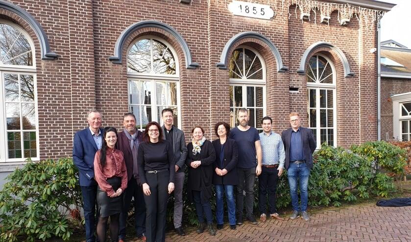 Het bestuur van Centramanagement Laarbeek samen met de kernvertegenwoordigers en afgevaardigden van sport en cultuur, onderwijs en zorg    | Fotonummer: b1411c