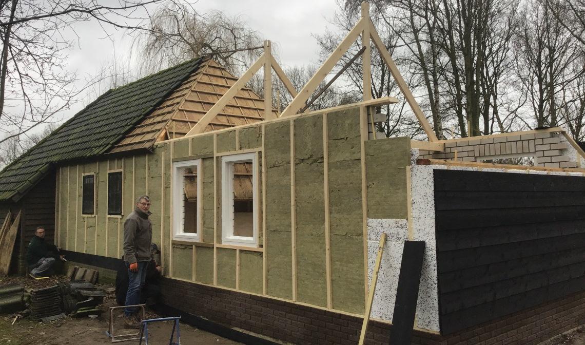 De nieuwe schuilhut in bouw
