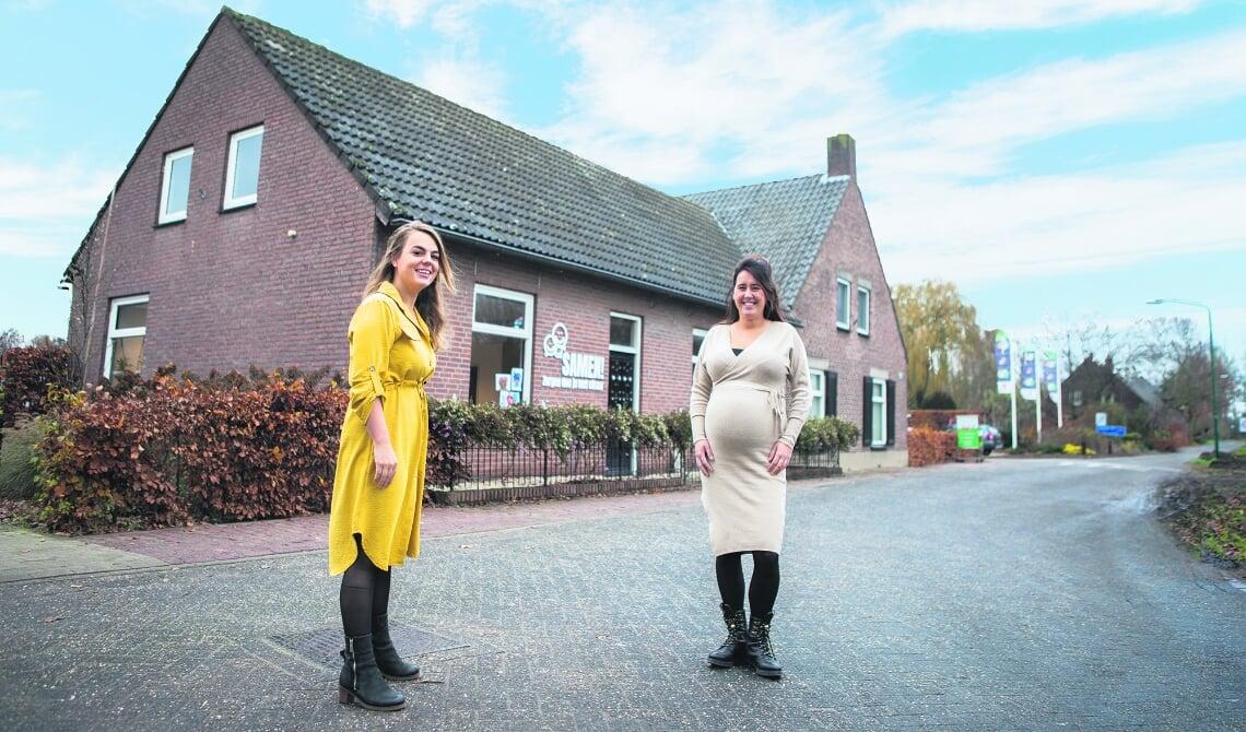 <p>Shally Verheijen (l) en Joëlle Fleskens (r) voor de nieuwe locatie van Samen!</p>