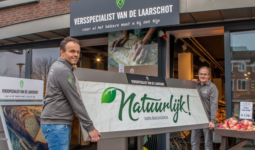 Roland (l) en Jeroen (r) voor de winkel aan het Piet van Thielplein     Fotonummer: 627bc1