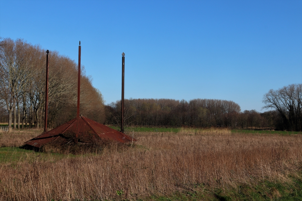 Een haast vergeten monumentje in het voorjaarszonnetje! Laat zich ieder jaar in de wintermaanden weer zien en verschuilt zich in de zomermaanden in het hoge gras. Foto: Lenie Huijbers © deMooiLaarbeekkrant