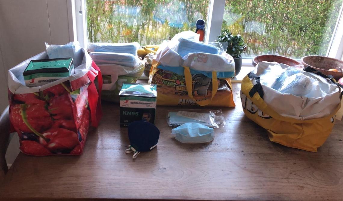 Tassen vol met mondkapjes staan klaar om verdeeld te worden