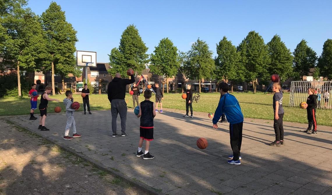 Basketbaltraining op speelveld de Ratel in Beek en Donk