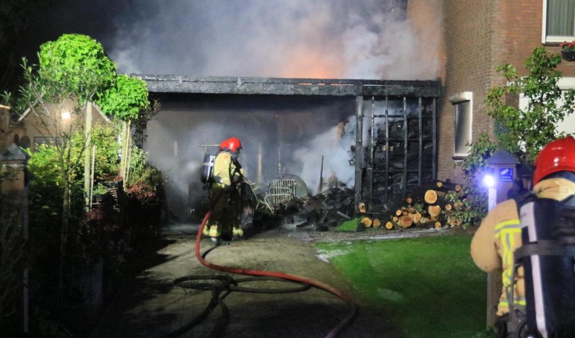 Er ontstond een flinke brand na het opzettelijk in brand steken van een houtstapel bij de woning aan het Meerven in Mariahout