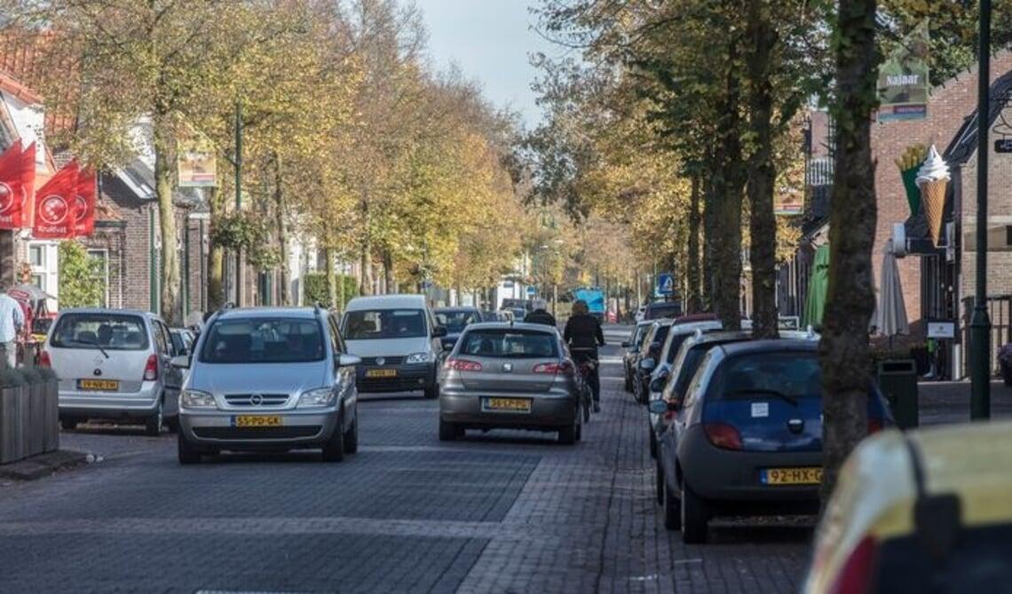 <p>Verkeersdrukte in de Dorpsstraat</p>