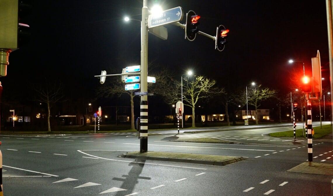 <p>Om 21.00 uur was er geen verkeer meer te bekennen op het normaal zo drukke kruispunt Oranjelaan-Lieshoutseweg</p>