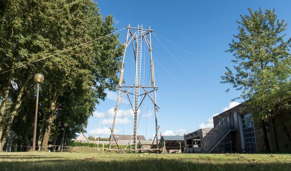 De toren voor de zendmast (in aanbouw).