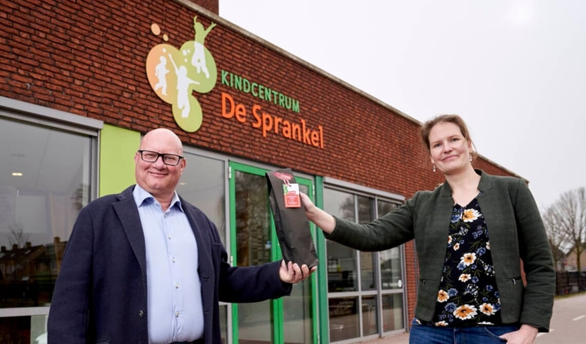 John van Kaathoven en directeur Marieke Ham van kindcentrum De Sprankel in Lieshout.