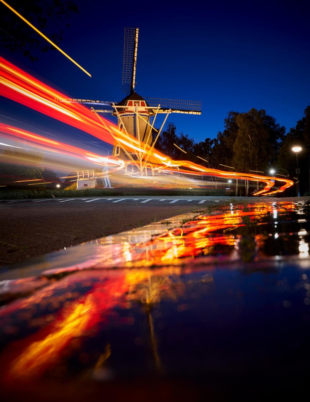 Molen de Leest, met een mooie weerspiegeling van de autolichten in het water Foto: Rob van Kaathoven © deMooiLaarbeekkrant