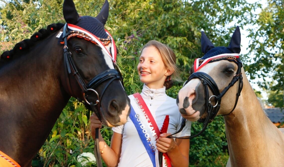 Claire met haar pony's Matcho ''D'' van Prinsenhof's en Crème de la Crème.