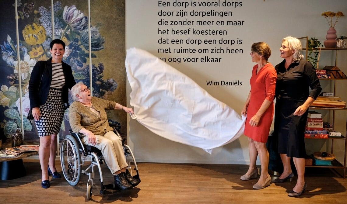 <p>Mevrouw Swinkels onthult het gedicht van Wim Dani&euml;ls.</p>
