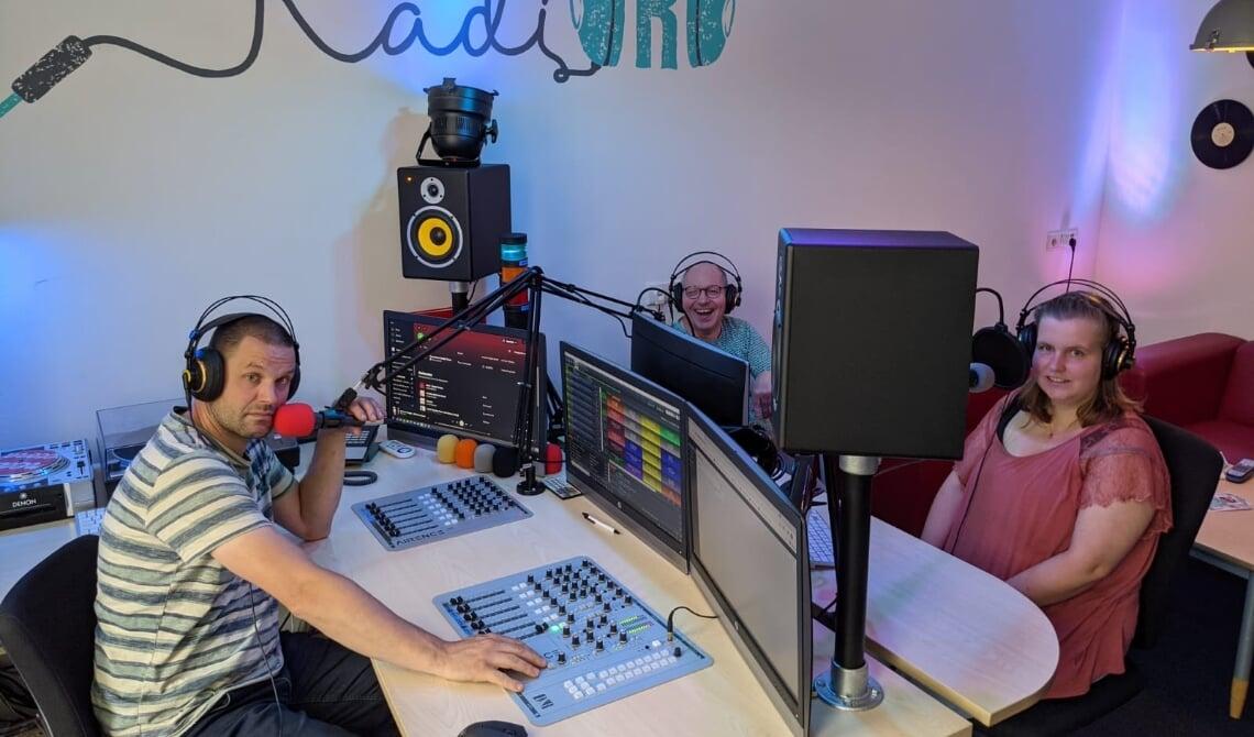 <p>RadiORO DJ&#39;s Tim, Frank en Emma in de studio in Beek en Donk.</p>