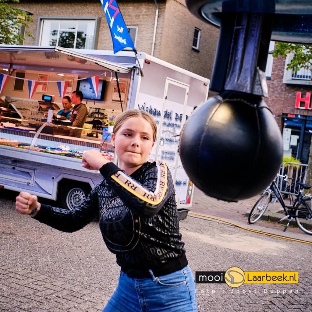 Kermis op het Piet van Thielplein in Beek en Donk. met restricties vanwege corona maatregelen. Piet van thielplein is aan de randen voorzien van dranghekken met aan iedere zijde van het plein een in- en uitgang voorzien van security.  ( foto: Joost Duppen  www.beroepsfotograaf.nl  ) Foto: JOOST DUPPEN © deMooiLaarbeekkrant