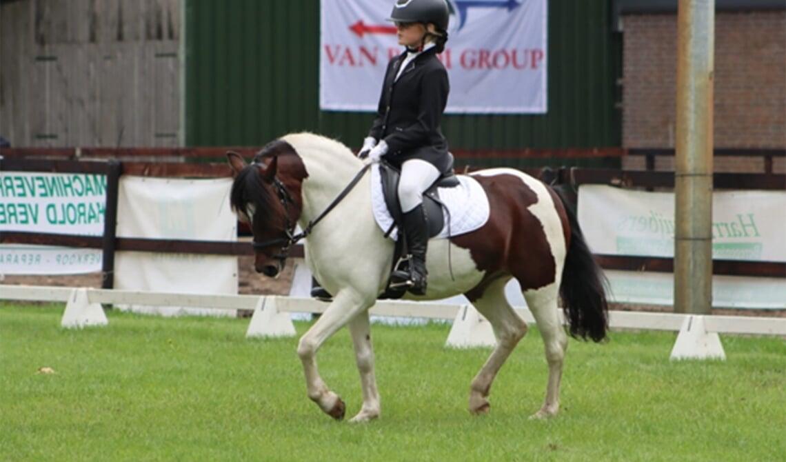 Abby Mullan op haar pony Snowbird
