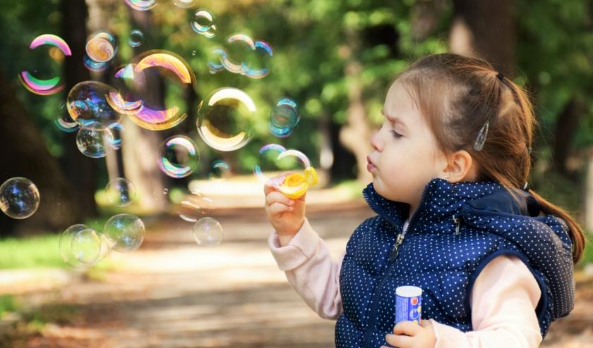 Met bellenblaas vermaken kinderen zich buiten altijd wel en op www.buitenspeeldag.nl zijn nog veel meer speeltips te vinden. | Foto: pixabay