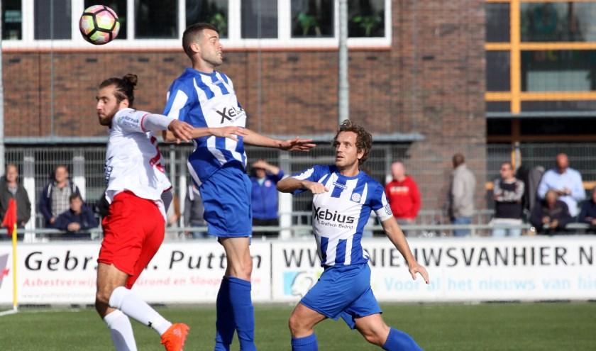 Marios Lomis in luchtduel met Dirk van Leenen en Robert Kooiman van RVVH. | Foto: Ron van der Linden