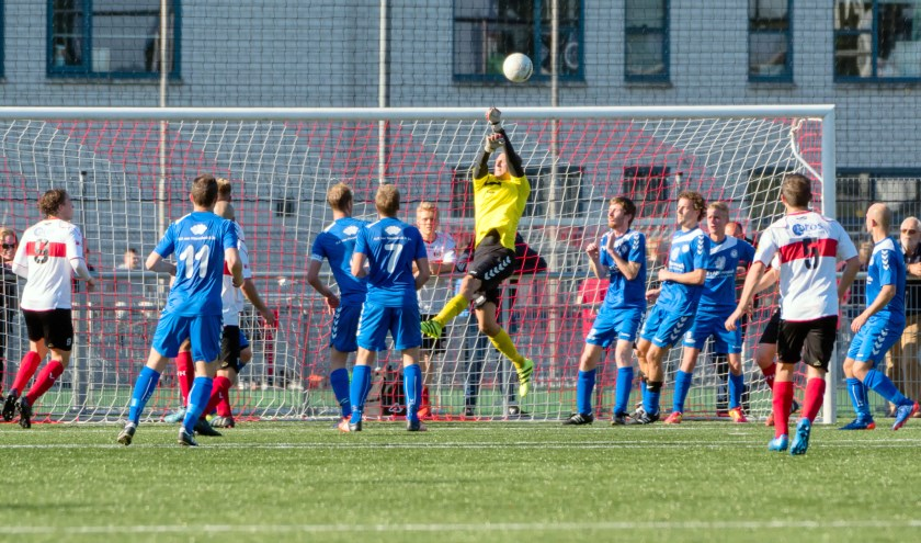 SJC kwam tegen Hoogland vaak genoeg onder druk. Hier met 7 spelers in eigen doelgebied waarbij toch doelman Schelvis redding moet brengen.