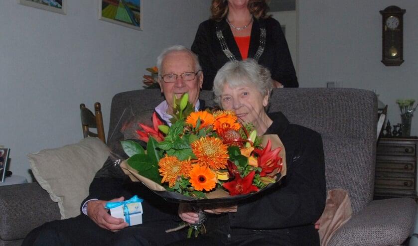 Burgemeester Breuer feliciteert het bruidspaar Vooijs. | Foto: PvK