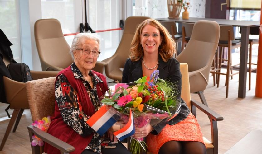 Burgemeester Breuer feliciteert mevrouw Buurman met haar honderdste verjaardag. | Foto: Esther Luijk