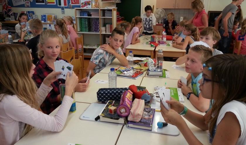 Leerlingen uit klas 2 tvwo spelen spelletjes in het Engels, Duits en Frans met groep 8 op basisschool De Regenboog. | Foto: pr