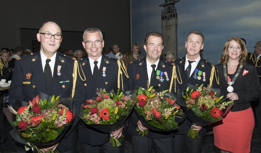 Maar liefst vier koninklijke onderscheiding kon burgemeester Breuer uitreiken.   Foto: fbps/Peter Schipper