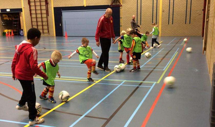 Alle jongens en meisjes van 4 tot en met 6 jaar kunnen dan terecht insporthal De Wasbeek, om spelenderwijs kennis te maken met de voetbalsport. | Foto: pr.
